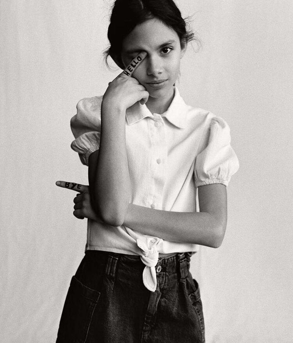Ava Salazar, con bermuda estilo 'paper bag' y camisa abullonada