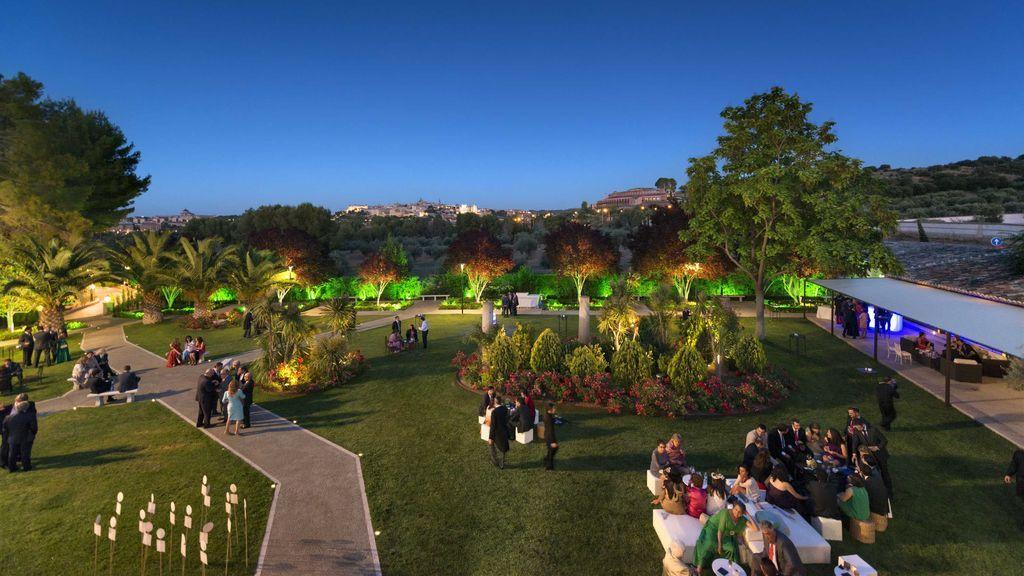 Jardines de El Cigarral de noche