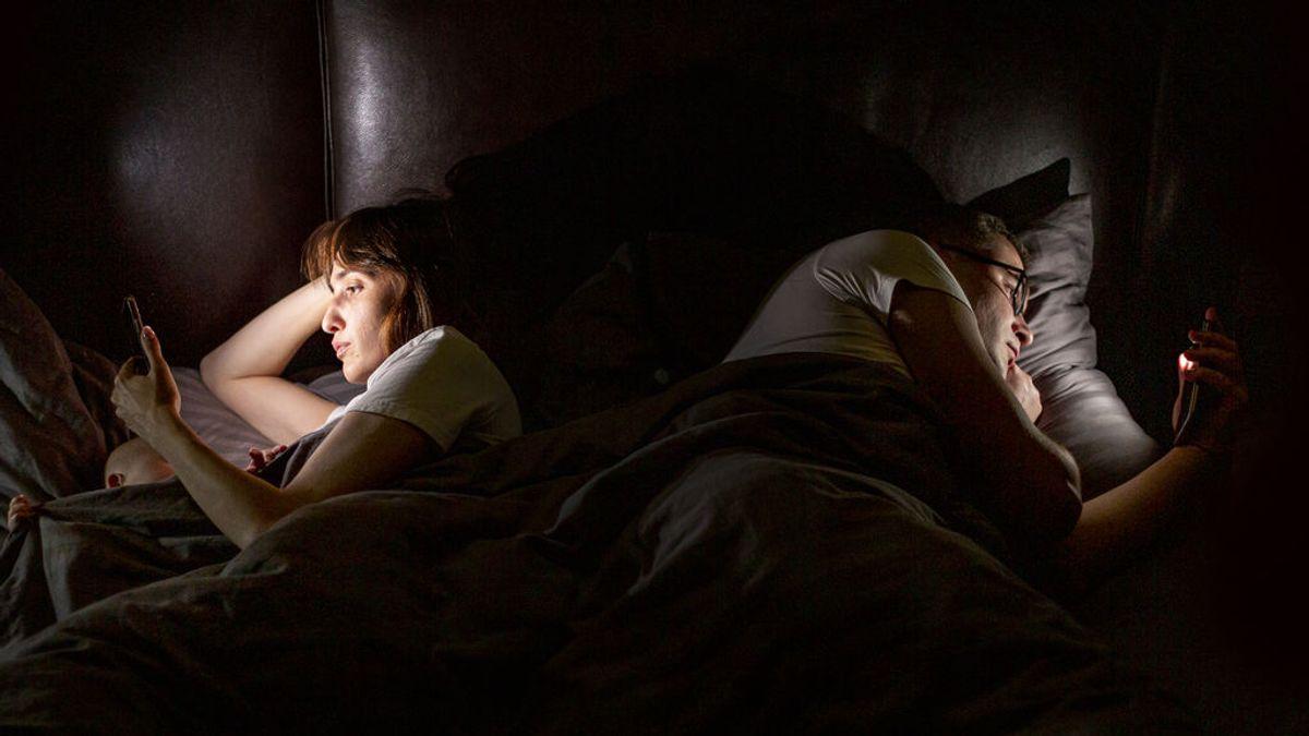 'Vamping', el trastono emocional y de sueño que provoca consultar WhatsApp justo antes de dormir