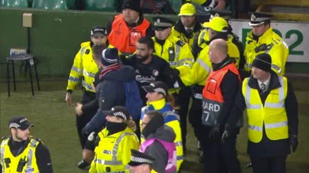 El placaje de un futbolista a un policía durante la celebración de un gol en la Europa League