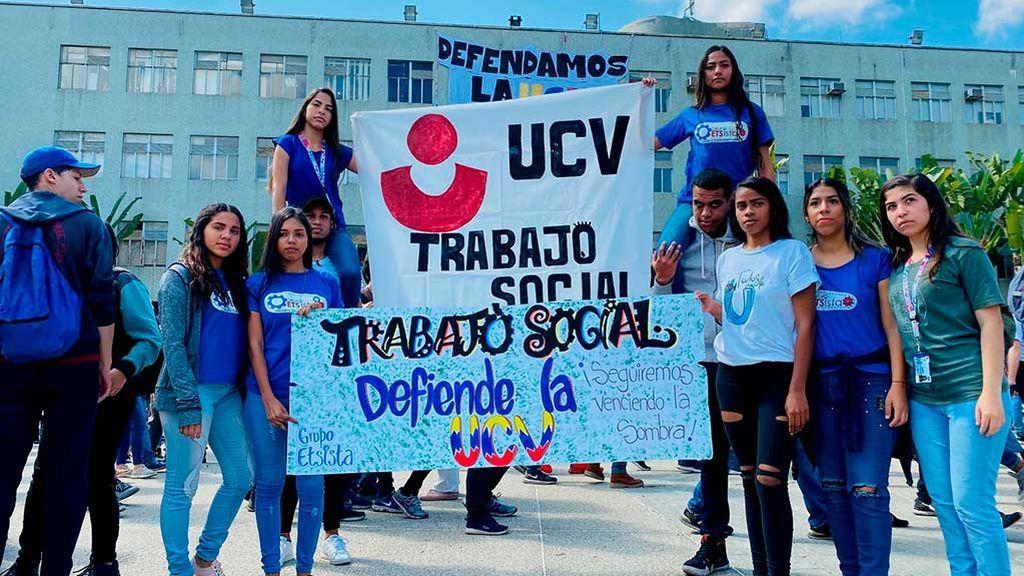 Estudiantes manifestándose frente a la UCV