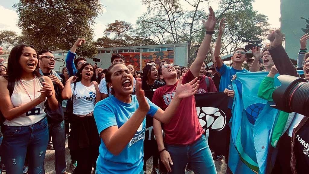 Estudiantes manifestándose frente a la UCV.
