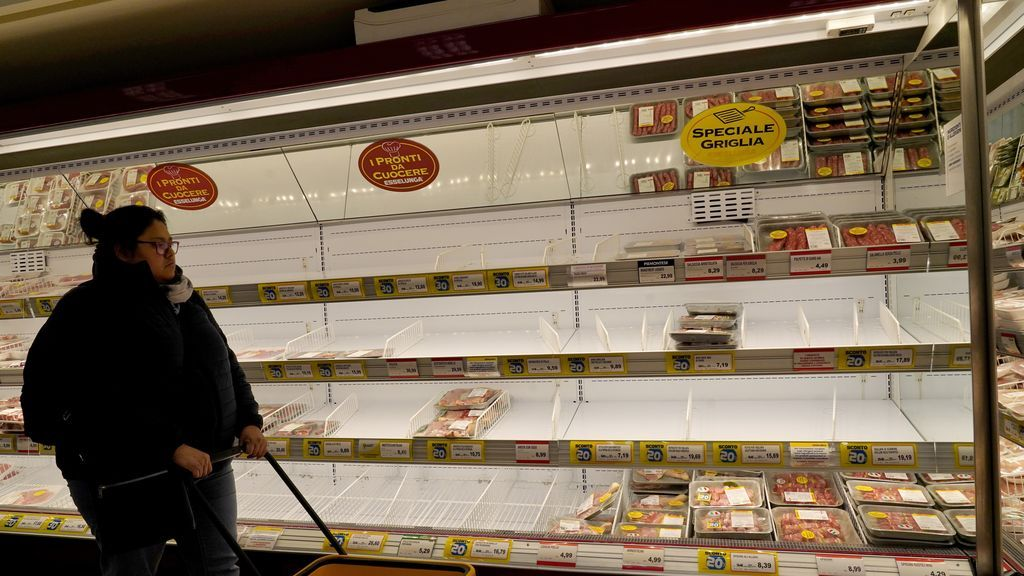 EuropaPress_2672528_February_25_2020_-_Milan_Italy_Empty_shelves_in_a_grocery_store_In_some_district_of_the_city_Milan_residents_engaged_panic_buying_as_coronavirus_sparked_fears_of_a_lockdown_and_food_shortages_I