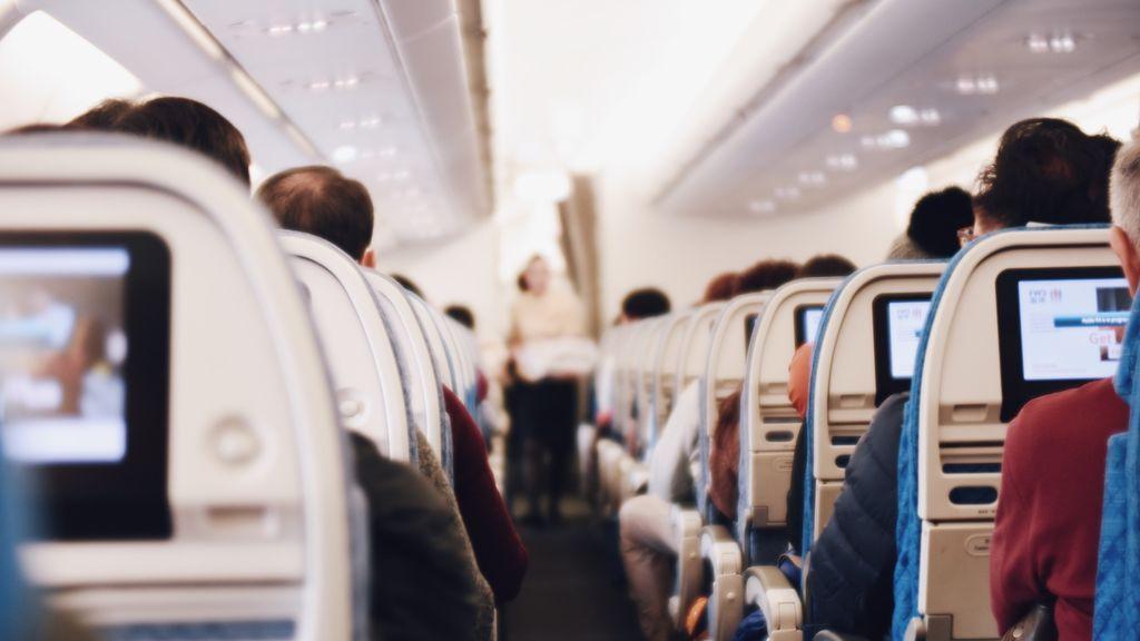 Pasajeros dentro de un avión
