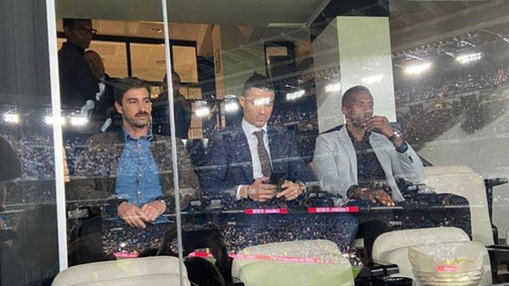Cristiano Ronaldo apoya al Real Madrid en El Clásico desde uno de los palcos del Santiago Bernabéu