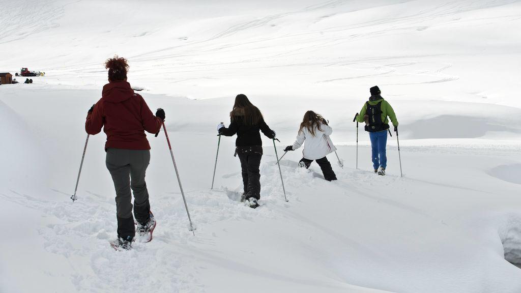 niños aprendiendo a esquiar