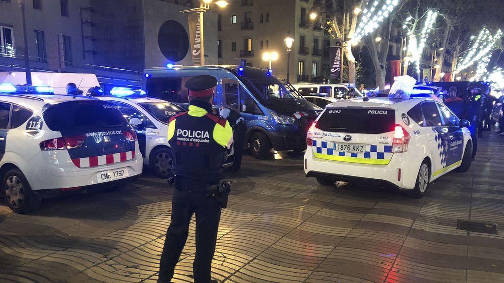 Detenidos tres hombres acusados de agredir sexualmente a una mujer en el interior de un vehículo en Barcelona