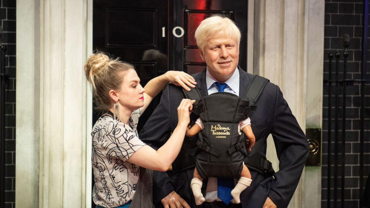 Estatua de cera de Boris Johnson con un portabebés, en el Madame Tossauds