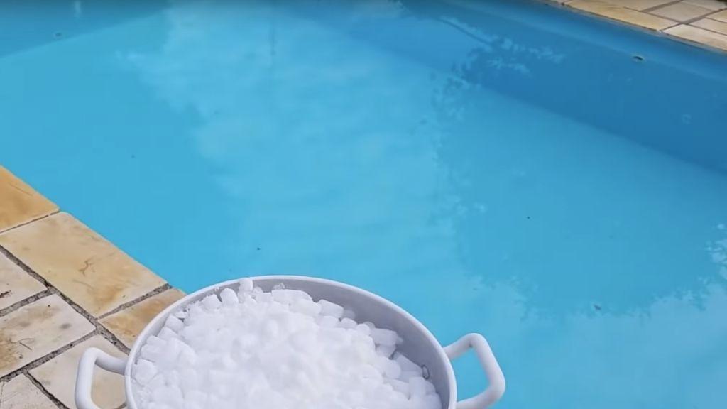 Jugar con el hielo seco en una piscina no es buena idea: causa quemaduras e intoxicaciones mortales