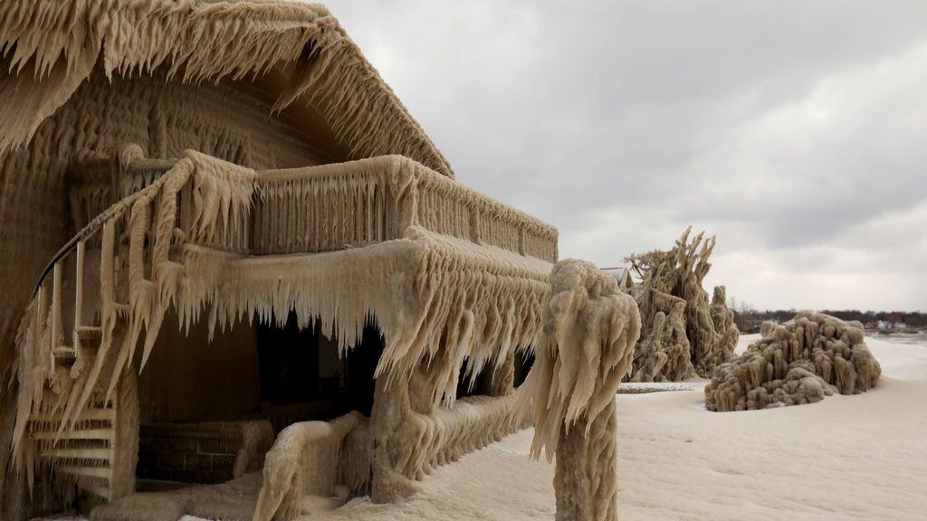 Casas envueltas en hielo: el fenómeno meteorológico que está congelando los pueblos alrededor del Lago Erie