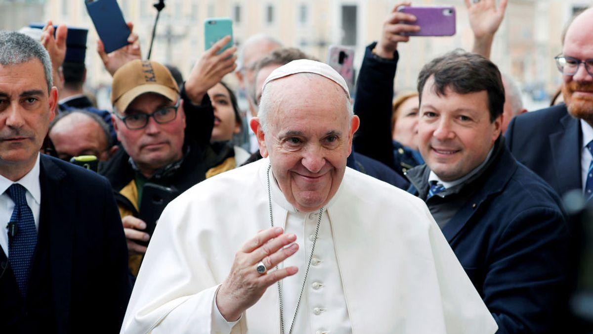 """El Vaticano tranquiliza a sus fieles: el Papa solo tiene un resfriado y se descartan """"otras patologías"""""""
