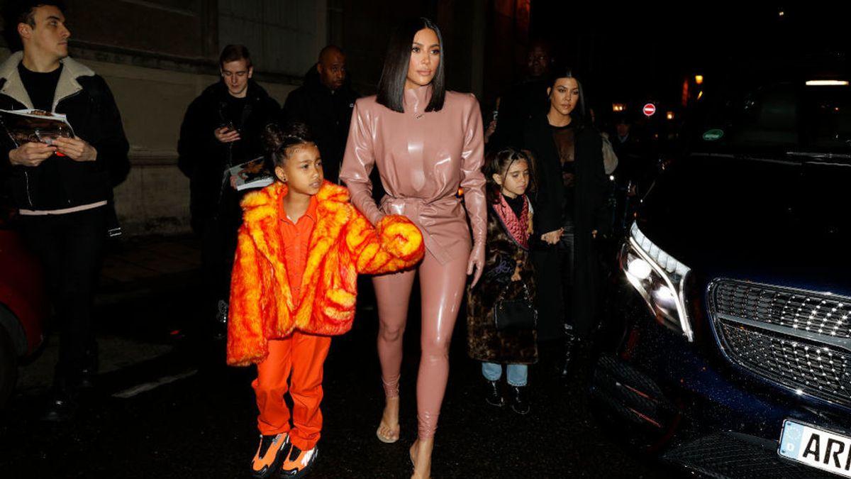 La hija de Kim Kardashian y Kanye West debutó con polémica como rapera en la Fashion Week de Paris