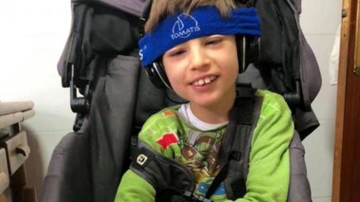 Donan una nueva silla para Lucas, el niño de 10 años con una lesión cerebral al que le habían robado la suya