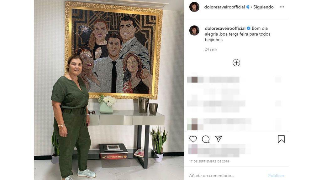 Dolores Aveiro posa con un cuadro en el que aparecen sus cuatro hijos