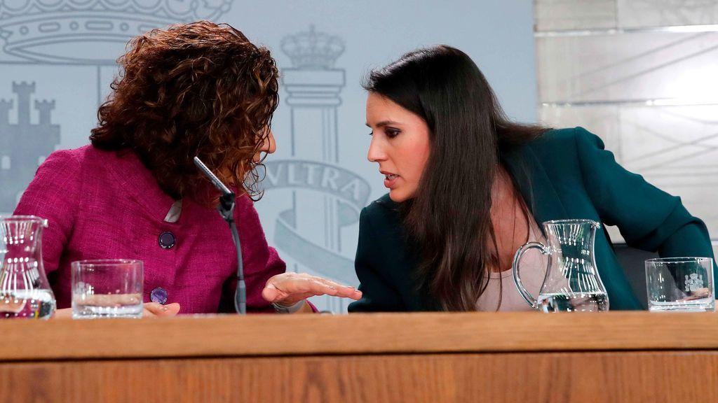 Las ministra portavoz y la de Igualdad, en la rueda de prensa tras el Consejo de Ministros