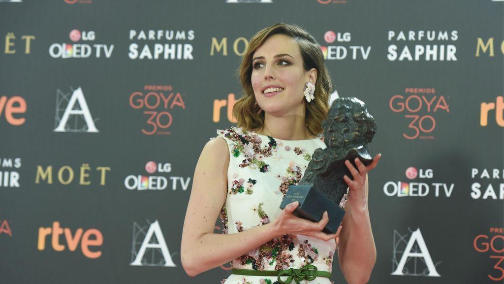Natalia de Molina, junto a su premio Goya.