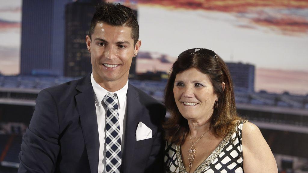 """Cristiano Ronaldo habla del estado de salud de su madre: """"Está recuperándose en el hospital"""""""