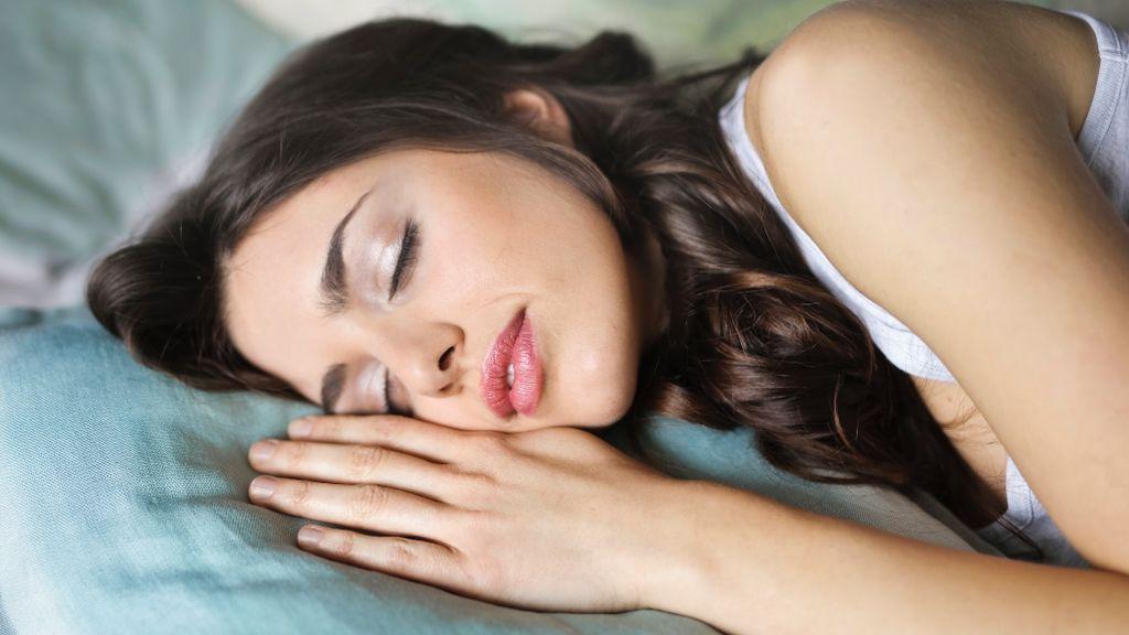 Una empresa paga por dormir 9 horas diarias durante 100 días