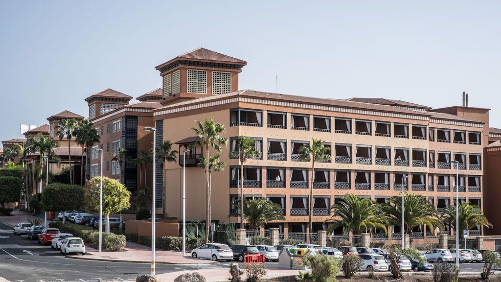 """Domingo, el vasco aislado en el hotel Adeje de Tenerife: """"Nos tratan como marqueses, comemos como fieras"""""""