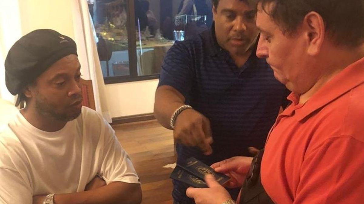 Ronaldinho detenido por  entrar en Paraguay con pasaporte falso