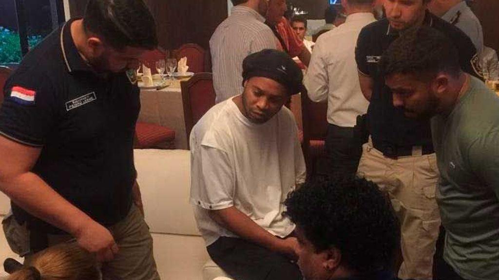 Ronaldinho y su hermano, detenidos por  entrar en Paraguay con pasaporte falso