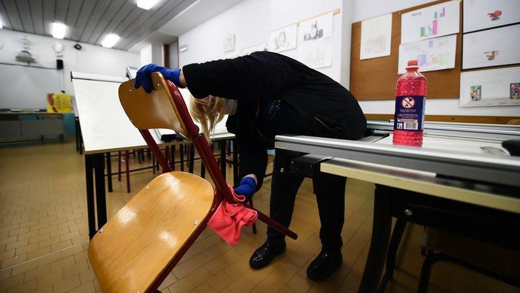 Limpieza en un centro educativo por posible contagio de coronavirus