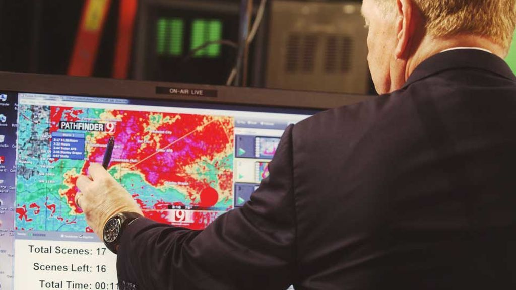 Imagen de un meteorólogo analizando datos de satélite