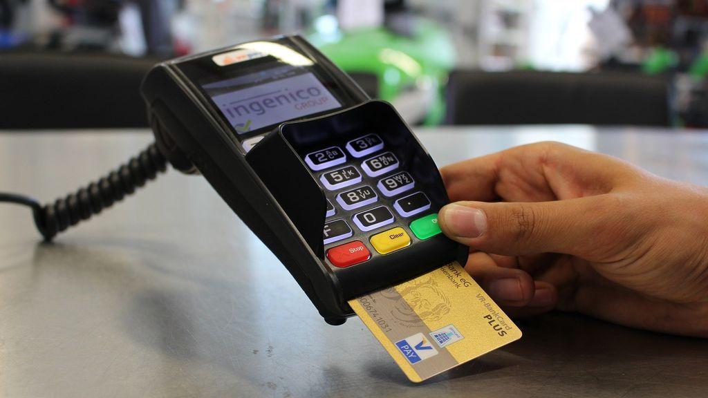 La Organización de Consumidores y Usuarios denuncia que los bancos no devuelven de forma inmediata los pagos no autorizados con tarjeta