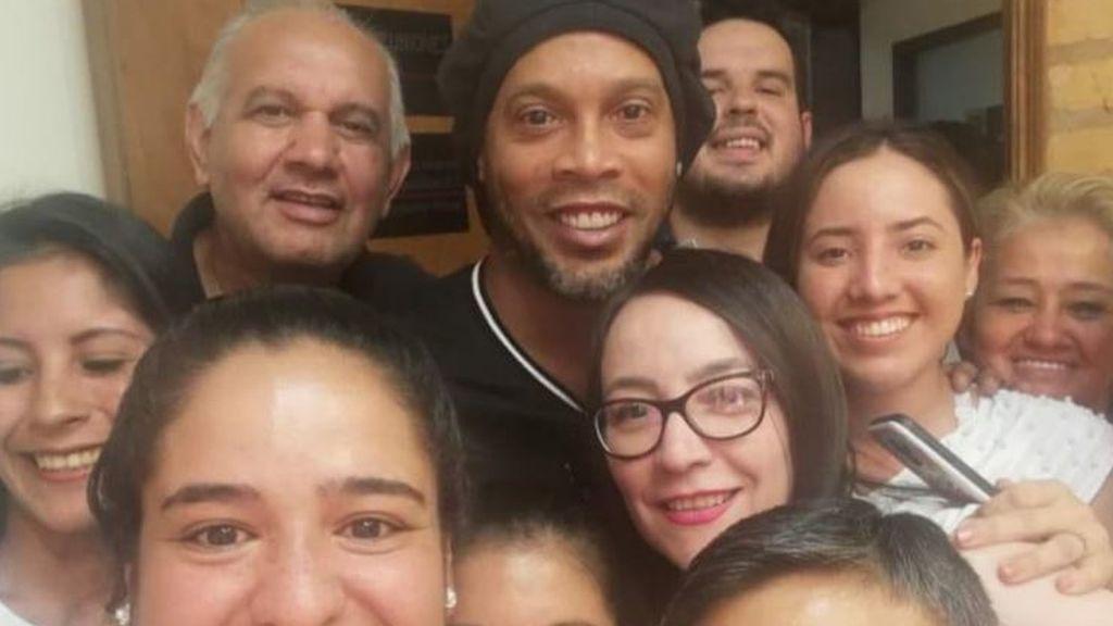 La Fiscalía de Paraguay decide no imputar a Ronaldinho por la falsificación del pasaporte y se hacen un selfie con él