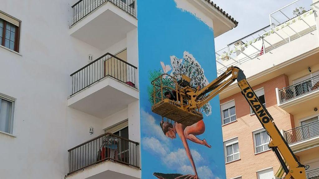 Los artistas están trabajando en grúas a varios metros de altura
