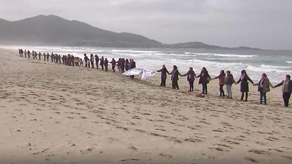 Cadena humana de mujeres en la playa de Carnota