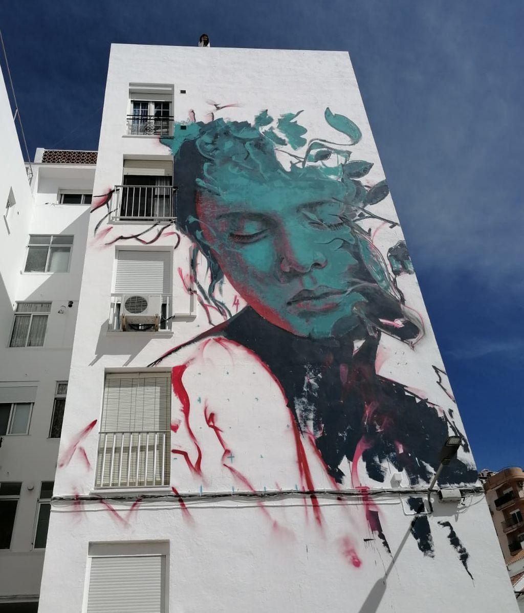 Diez artistas urbanos decoran estos días las fachadas de Estepona de esta guisa.