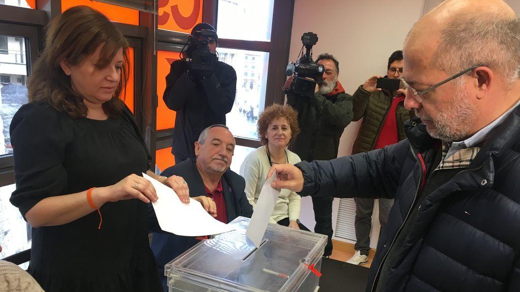 """Igea apela a """"seguir igual"""" o """"cambiar"""" en el segundo día de primarias en Ciudadanos"""