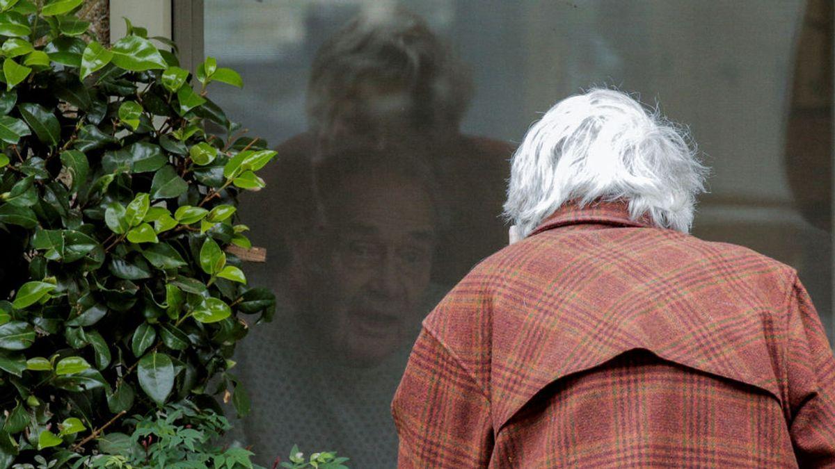 El amor de dos ancianos se impone al coronavirus: acude a ver a su marido a través de una ventana