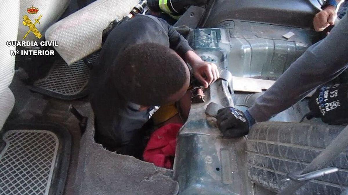 EuropaPress_2698313_descubren_joven_guinea_deposito_combustible_vehiculo_frontera_melilla