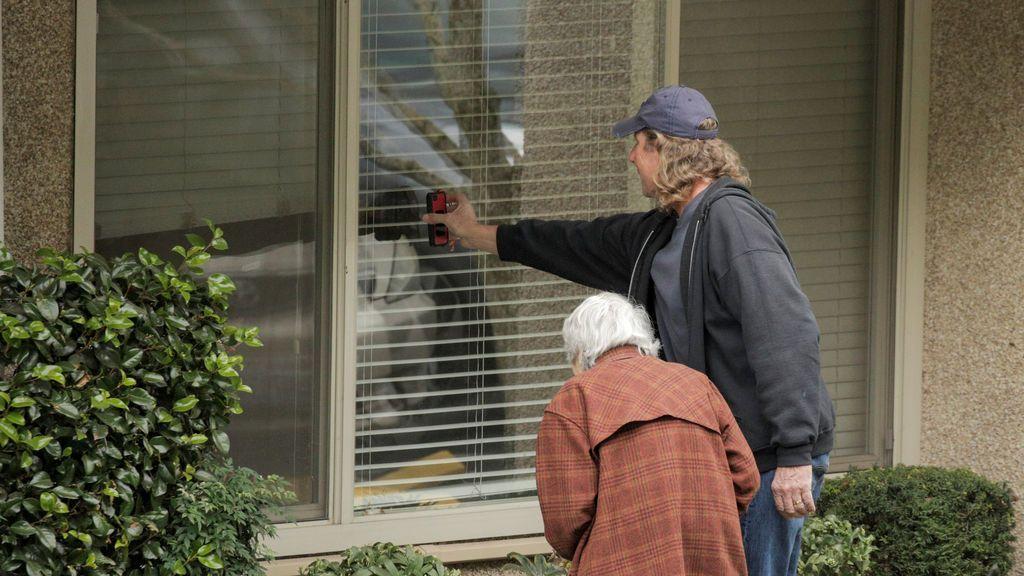 Dorothy se comunica a través de una ventana con su marido Gene
