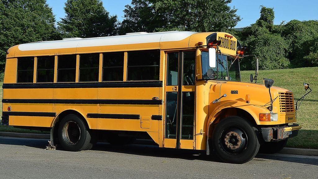 Dos estudiantes violan repetidamente a una adolescente de 14 años con discapacidad en el autobús escolar