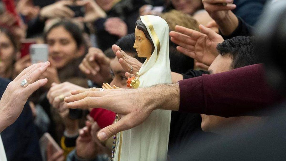 Un sacerdote infectado con coronavirus la lía en EEUU al darle la mano a más de 500 feligreses