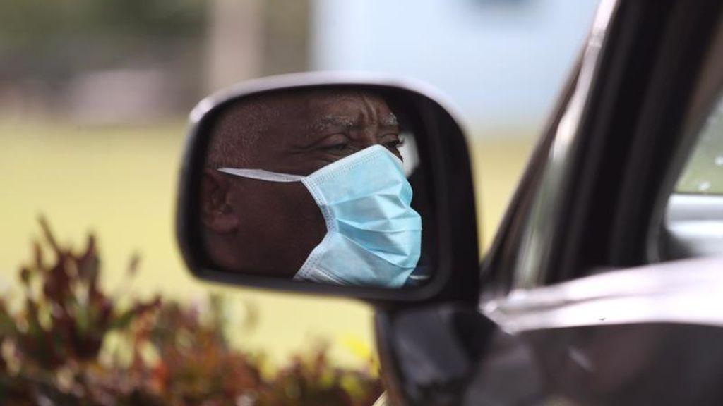 Un hombre utiliza máscara por la epidemia del SARS-CoV-2 en República Dominicana