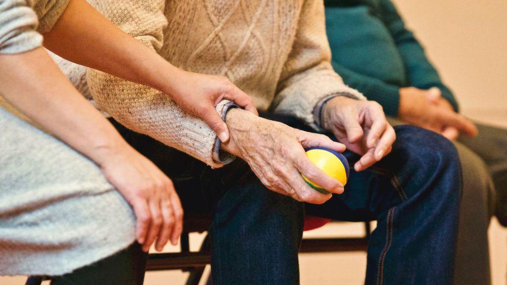 Cómo cuidar de los padres: diferencias entre centros de día, acompañamiento, residencias o vivir con ellos
