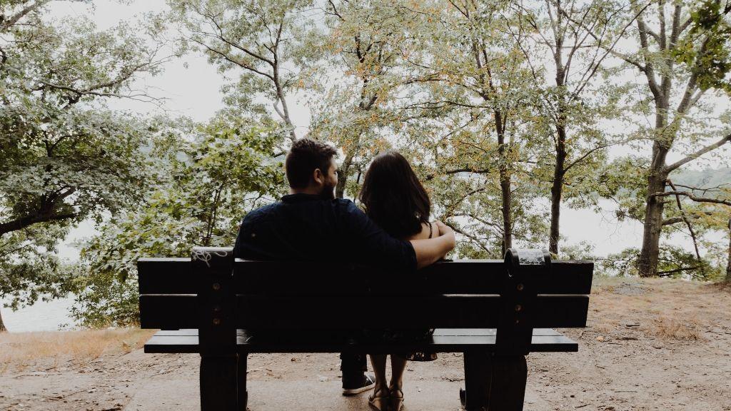 Una pareja en un banco