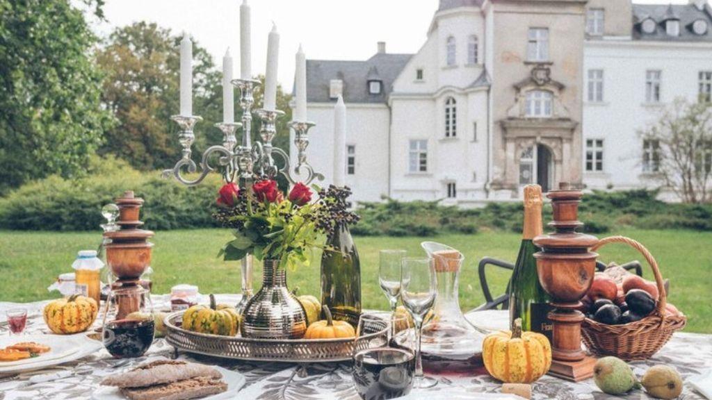 Desayuno en el jardín majestuoso de este palacio