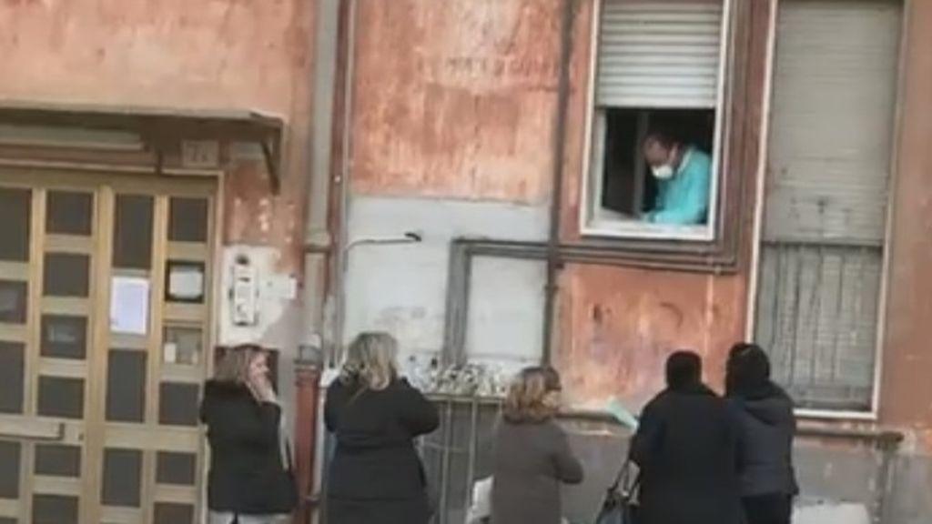 Un médico italiano reparte recetas desde su ventana