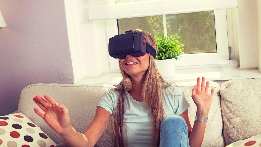 Una chica con gafas de realidad virtual, ¿un clase de Historia?