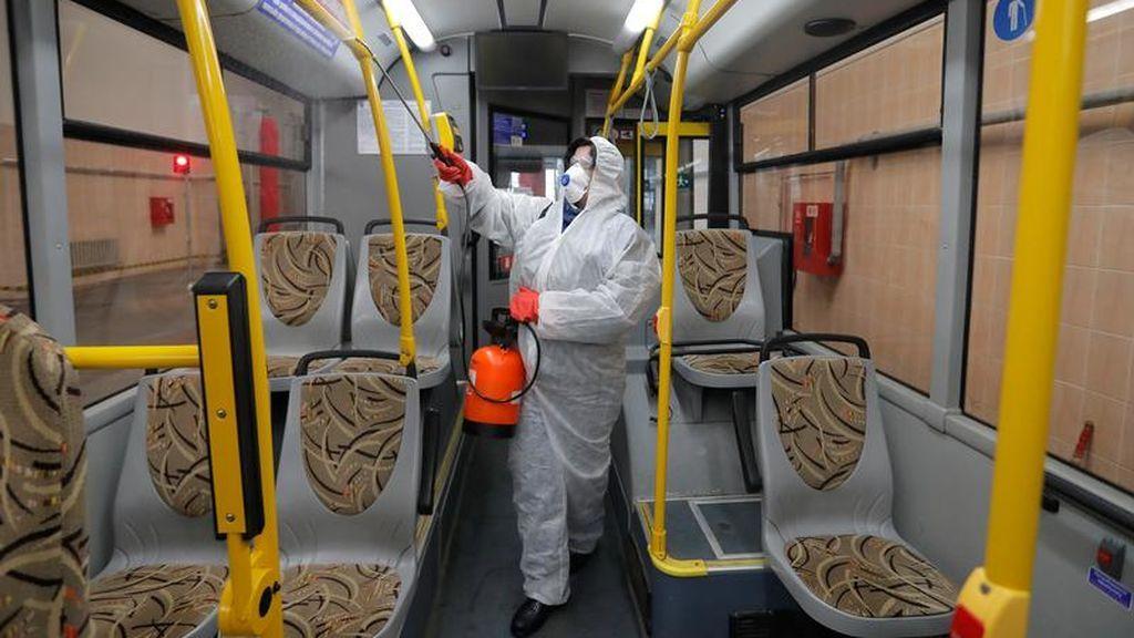 Un empleado desinfecta el interior de un autobús
