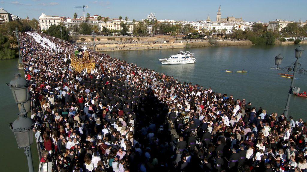 Procesión de la Semana Santa sobre el río Guadalquivir
