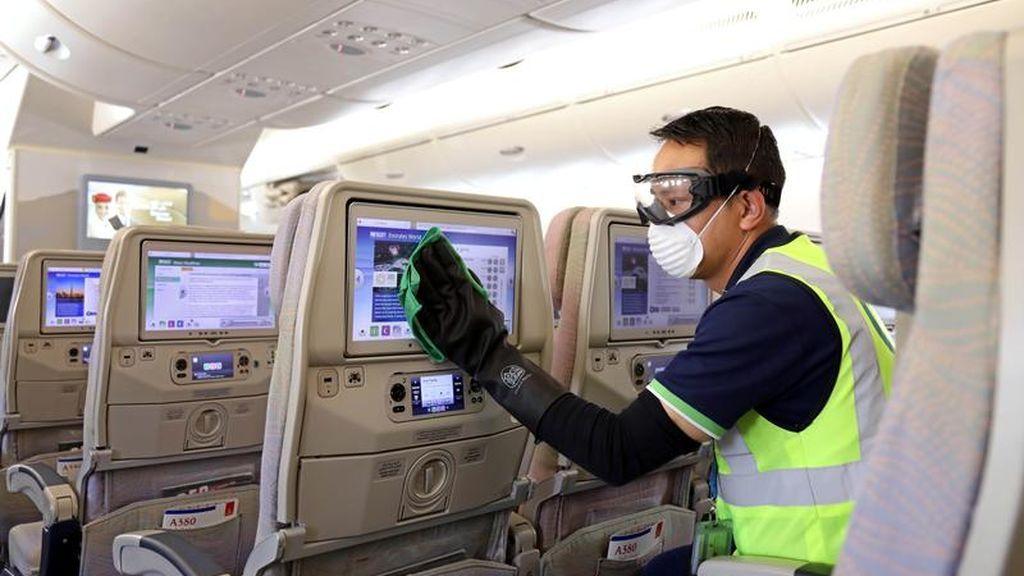 Un empleado desinfecta el interior de un avión