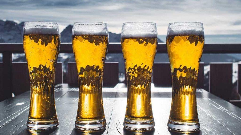 Cervezas en un restaurante de una estación de esquí