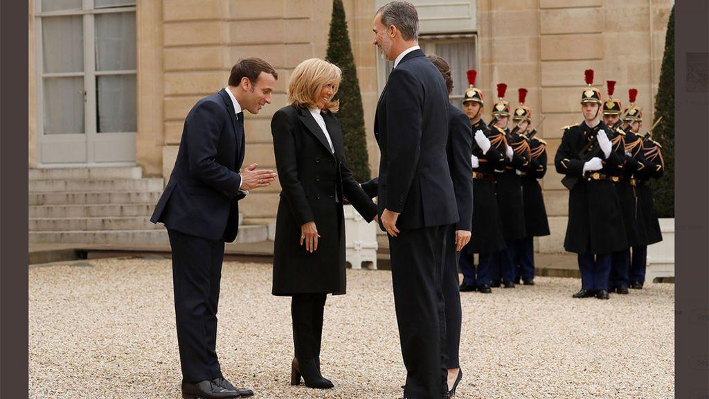 Los Macron reciben a los reyes en el Elíseo sin besos ni apretones de mano