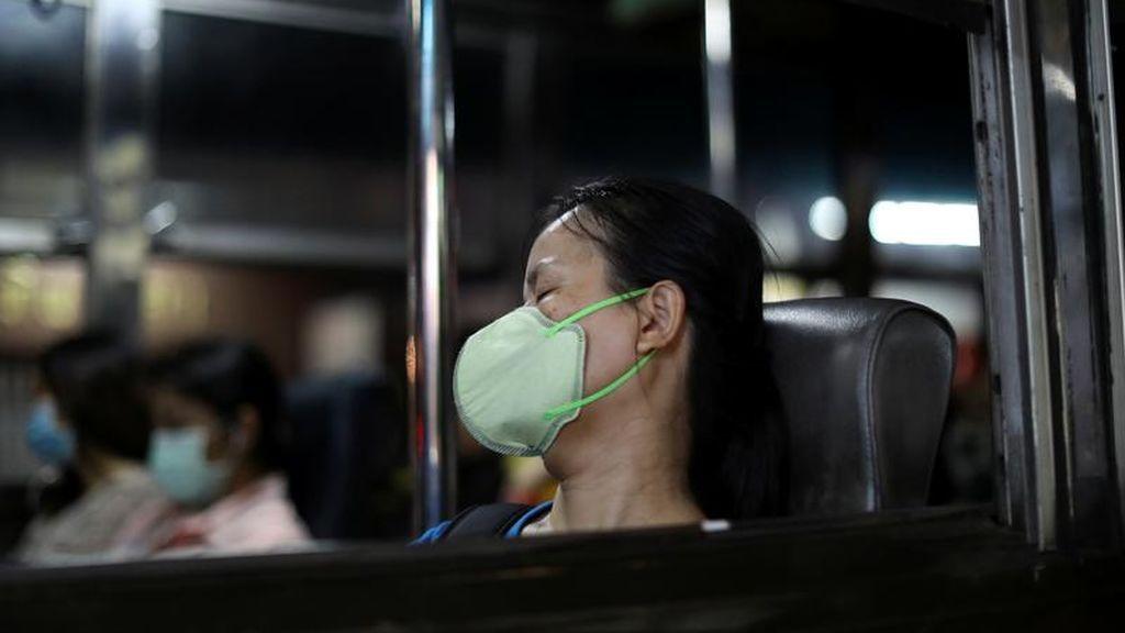 Una mujer con una mascarilla ante el coronavirus